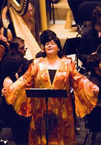 Ana Maria Sanchez cantando la parte de Rosa en el concierto del estreno